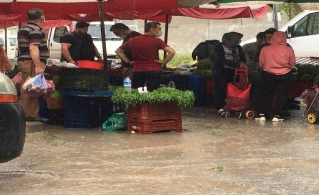 Pazar alışverişinde yağmura yakalandılar