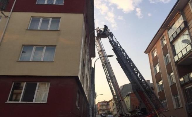 Apartman çatısında çıkan yangın paniğe neden oldu