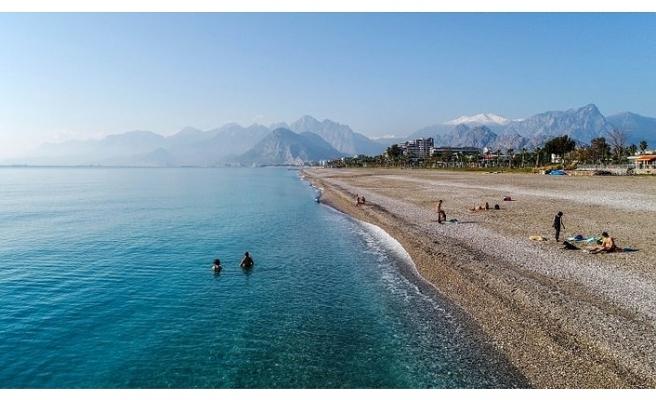 Antalya'da yasaktan muaf olanlar sahil ve plajlara koştu
