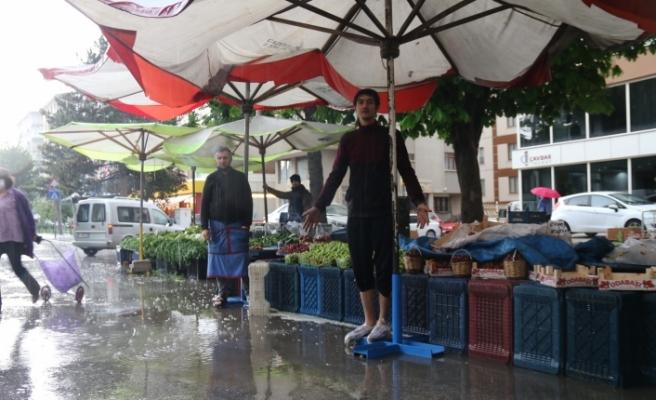 Altyapı sorunu olan caddede pazar esnafının yağmur çilesi