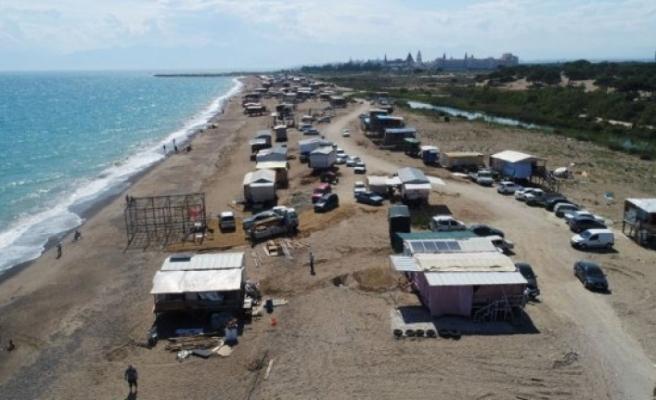 Antalya'da denize sıfır kurulan çardaklarda tatil keyfi başladı