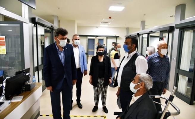 Çalışkan, sağlık çalışanlarını, emniyet güçlerine ziyaret etti