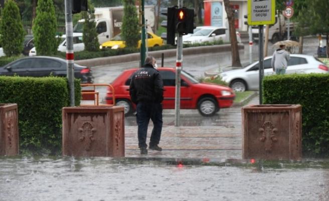 Eskişehir'de aniden başlayan sağanak yağmur hayatı felç etti