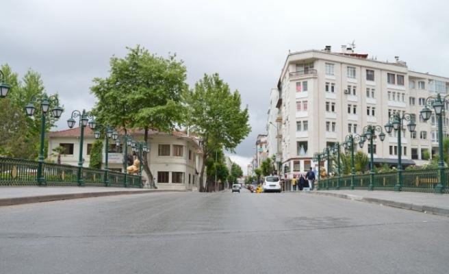 Hafta içi adeta insan seli yaşanan Eskişehir sokakları yine boş kaldı