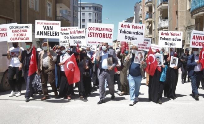 HDP önünde çocukları için eylem yapan Vanlı anneler: 'Zafer bizim olacak'