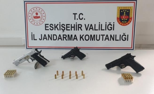 Ruhsatsız silah satmak isterken jandarmaya yakalandılar