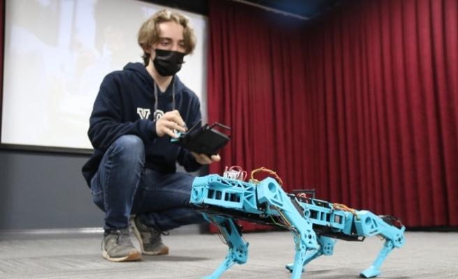 Lise öğrencisi Halid ödüllü robotunu öğretmenlerine anlattı