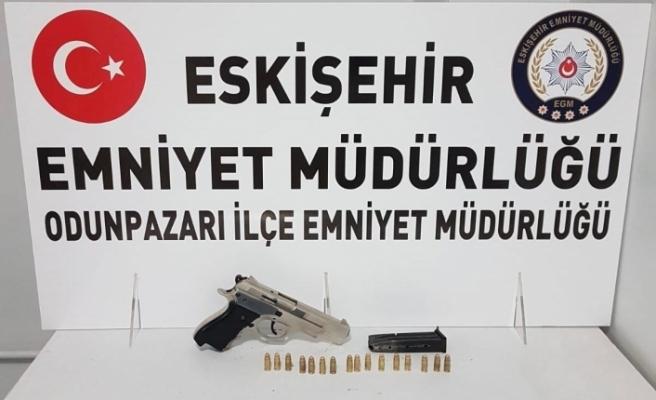 Polisin şüphelenip durdurduğu şahsın üzerinden tabanca ve mermi çıktı