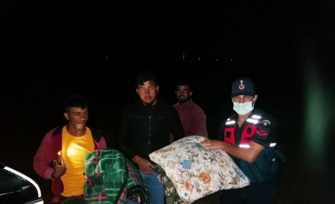 Sağanak mevsimlik işçilerin kaldığı çadırları kullanılmaz hale getirdi
