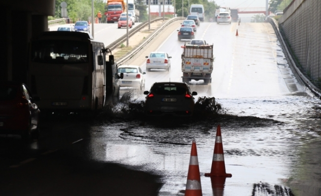 Yağmur sonrası alt geçitte biriken sular 20 saattir tahliye ediliyor