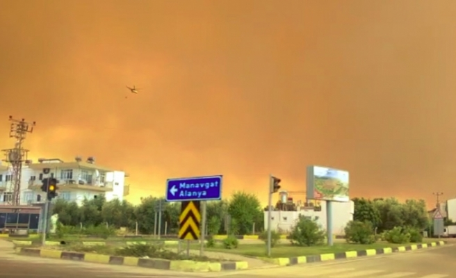 Manavgat'ta hızla büyüyen yangın yerleşim alanlarına indi