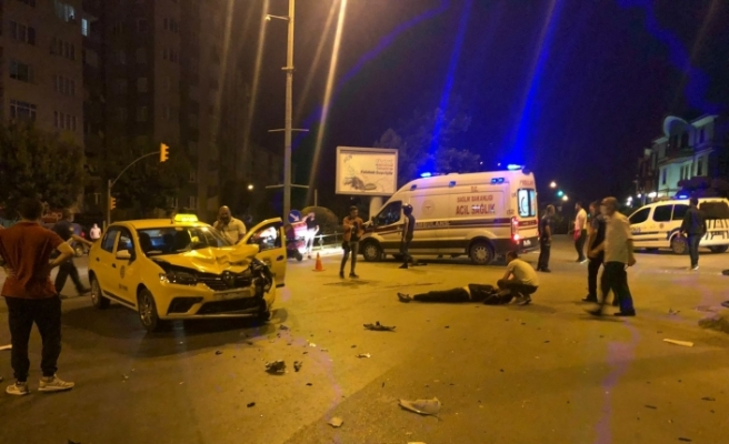 Motosiklet ile taksi çarpıştı: 1'i ağır 2 yaralı