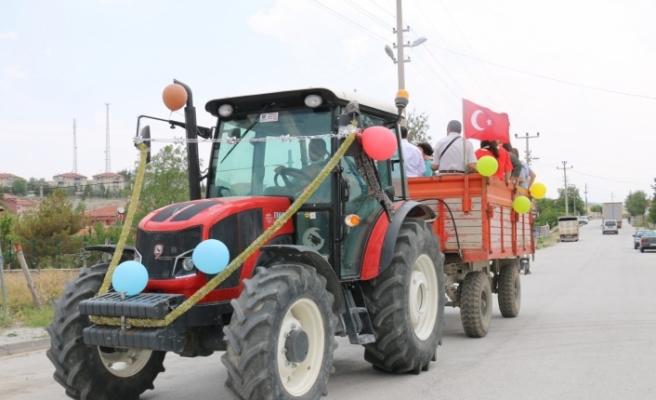 Sünnet düğünü öncesi traktörü süsleyerek çocuğu gezdiriyorlar