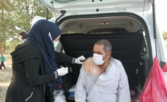 Ailesine korona aşısı yapmayan gelen sağlıkçılara küçük elleri ile çay demledi