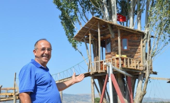 Atık malzemelerle ailesine yaşam alanı kurdu