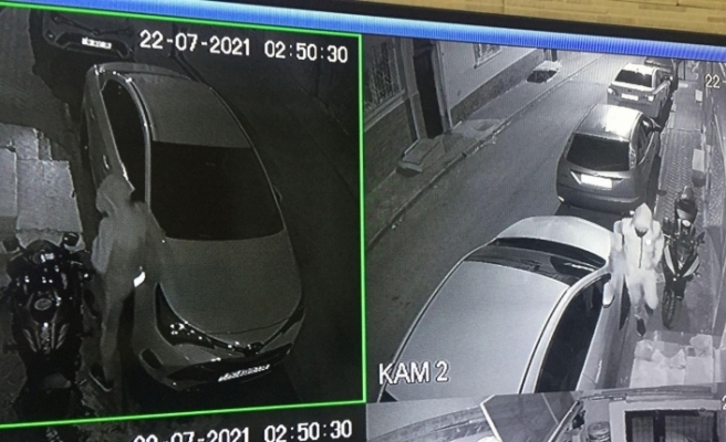 Direksiyon kilidini kıran motosiklet hırsızları güvenlik kameralarına yansıdı