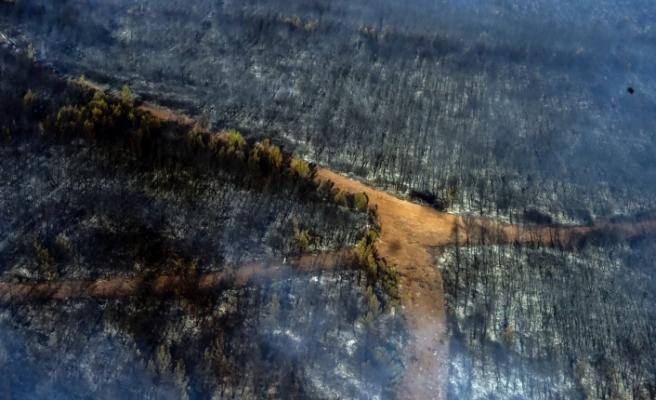 Marmaris'te orman yangınlarına yapılan müdahale helikopterden görüntülendi