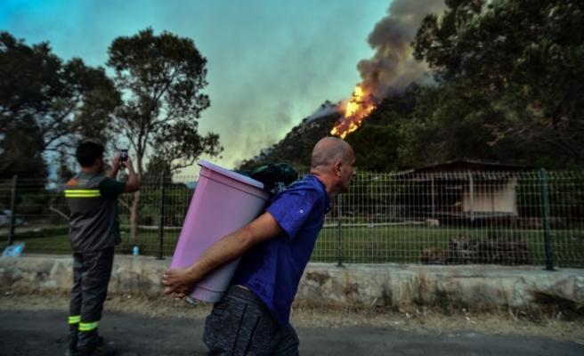 Marmaris'te rüzgarın şiddetiyle büyüyen yangın devam ediyor