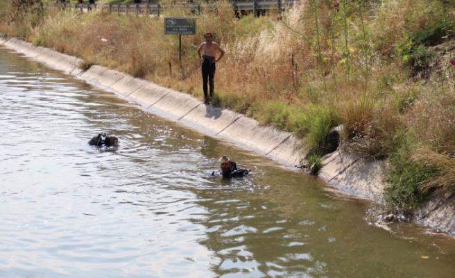 Suya düşen topunu almak isteyen çocuk kanala düştü