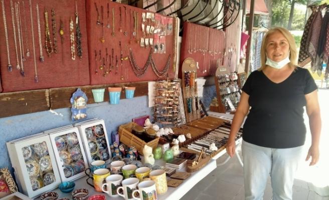 Turistlerin gelmesi hediyelik eşya satıcılarının yüzünü güldürdü