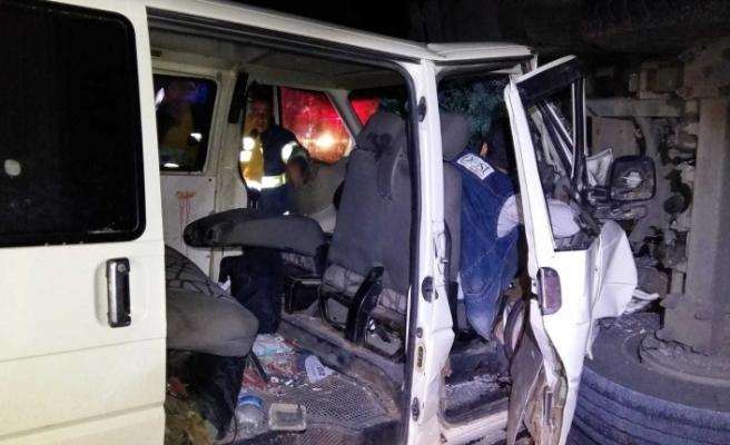 Devrilen kamyona panelvan araç çarptı: 6 yaralı