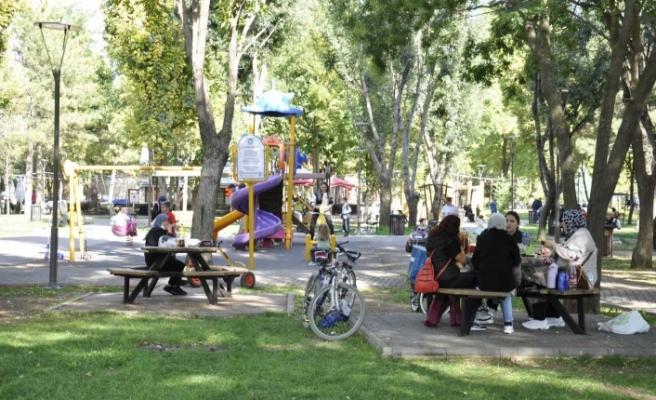 Eskişehirliler güneşli havanın tadını parklarda çıkardı
