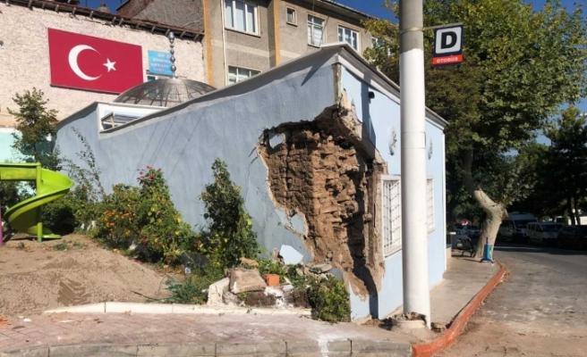 Kayan yüklü kamyon türbe duvarını parçaladı