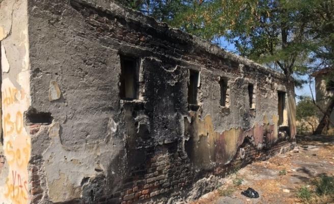 Terk edilmiş evler tehlike saçıyor