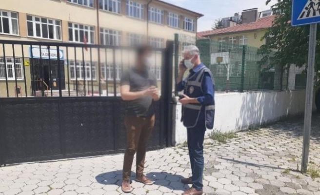 Okul çevrelerinde yapılan asayiş uygulamasında 2 kişi gözaltına alındı