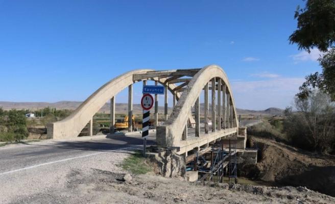 Tarihi köprüde güçlendirme çalışmaları başladı