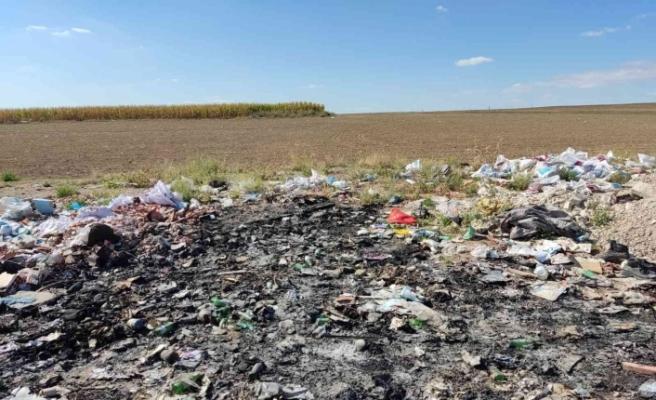 Tarım arazisi kenarları çöplüğe döndü