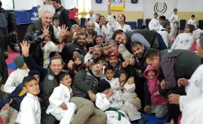 Eğitim-Bir-Sen Üyeleri Pakistan'da Yetimhane Ziyaretinde Bulundu
