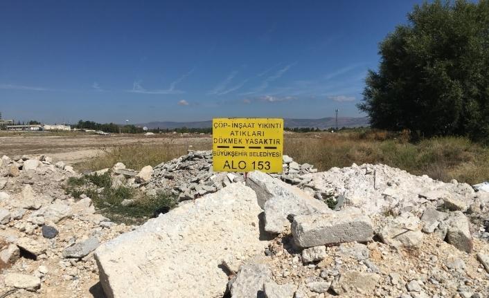 Uyarı tabelasını molozlara gömdüler