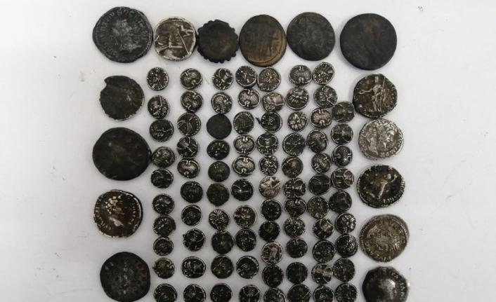 Yolcunun üzerinde Roma dönemine ait 102 adet gümüş sikke ele geçirildi